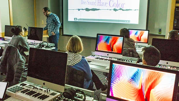 Thomas Ciufo teaching in the digital music lab